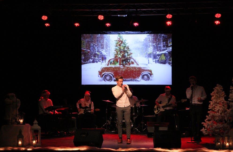 Imponerte. Jarle Nordtveit Åsheim frå Imsland, er også solist og vokalist i bandet FYK. Under julekonserten song han Driving home for christmas.  Foto: Grethe Hopland Ravn