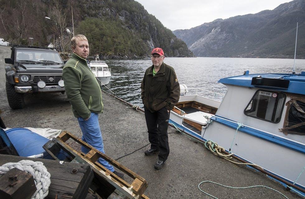 Nils Kjetil Eikemo (t.v.) og Geir Arne Eikemo er to av dei fastbuande på Eikemo, og  har kjempe for trygg kai på Eikemo i mange år. ARKIVFOTO: TORSTEIN NYMOEN